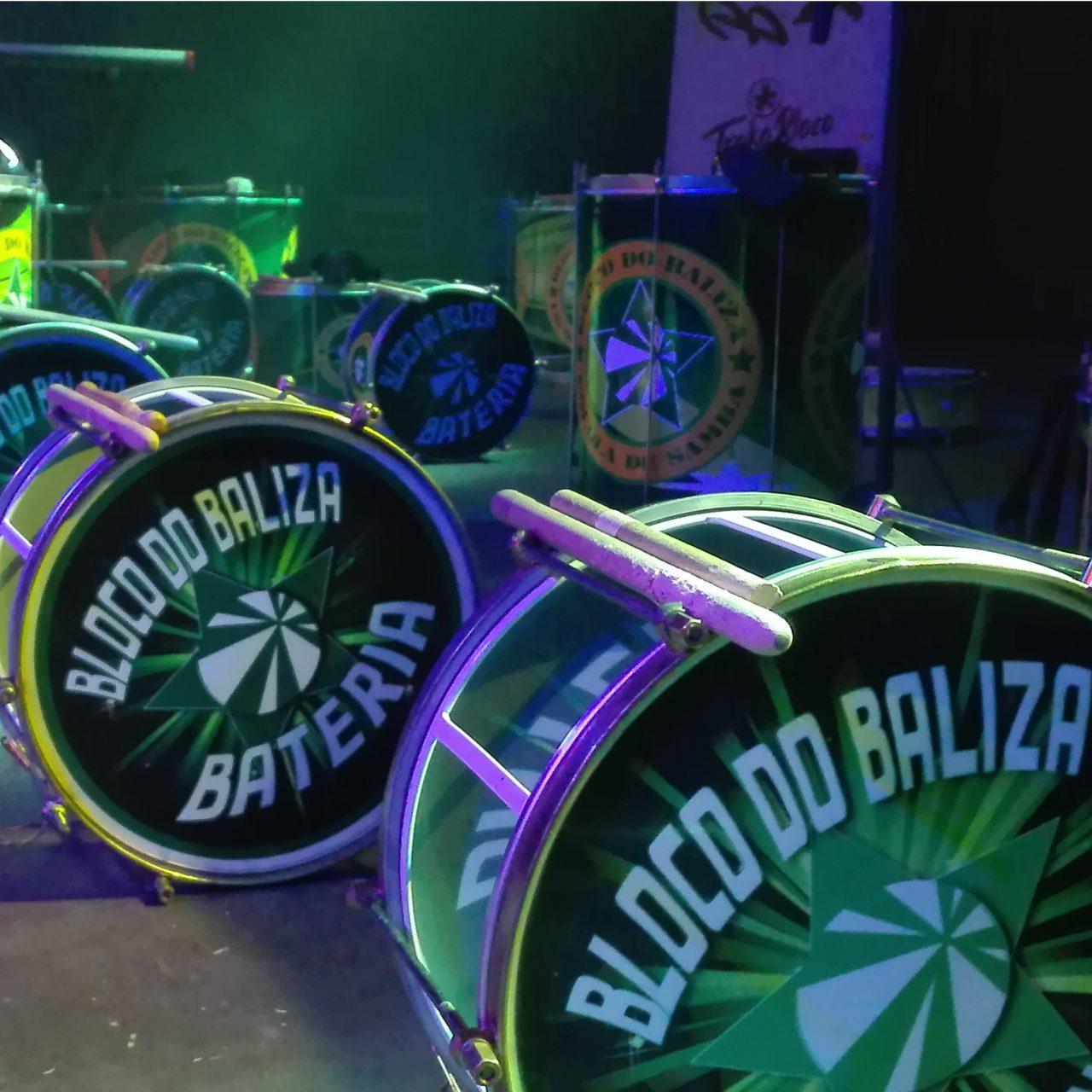 Foto de las cajas de Bloco do Baliza en el escenario, preparadas antes de una actuación